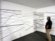 Sem título - vinil adesivo, tinta pva e barras de aço - sobre parede - 400x180x150 cm - 2012