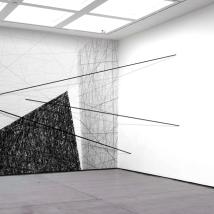 Projeto de Instalação - Lápis e barras de ferro sobre parede